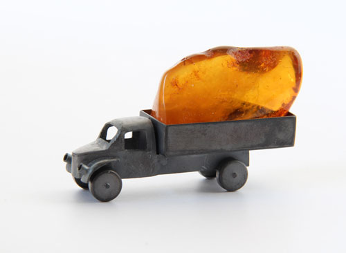 Treasure, object, 2013, amber, silver, patina, 6,0 x 3,5 x 1,5 cm